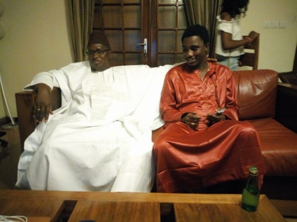 Le ministre de la Culture Abdou Latif Coulibaly pose avec Wally Seck