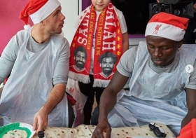 (04 Photos) Liverpool : Sadio Mané au chevet des enfants malades